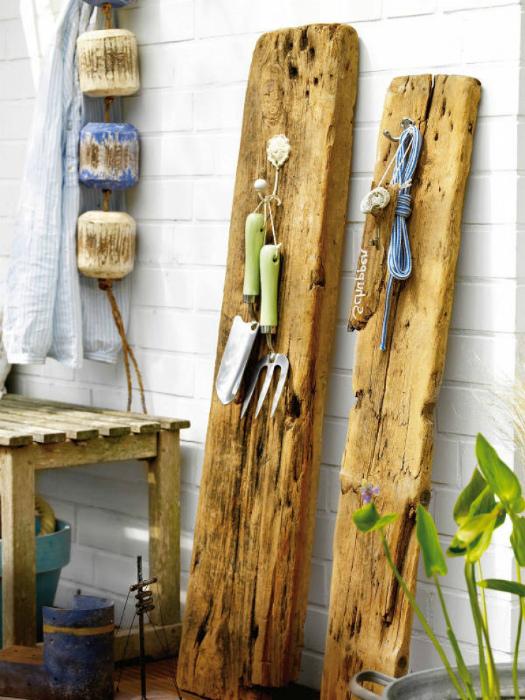 Вешалки из деревянных досок.