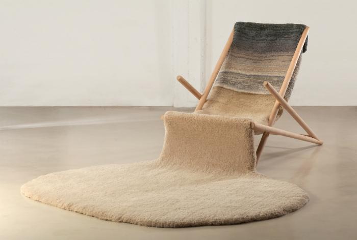 Кресло, плавно перетекающее в ковер.