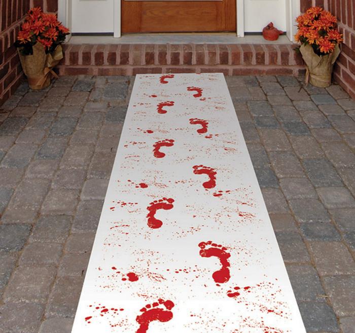 Дорожка с «кровавыми» следами.