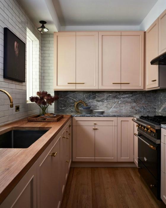 Кухня в розовом оттенке. | Фото: IdeasMarket.