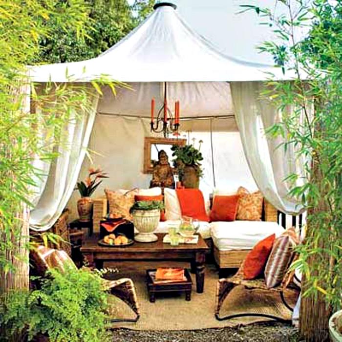Уютный шатер во дворе.