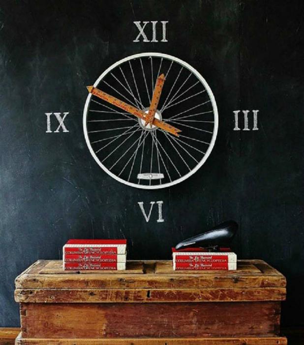 Часы из велосипедного колеса.