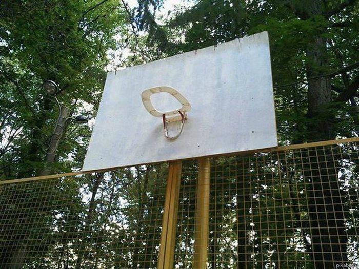 Забрасывай мяч в круг для унитаза.