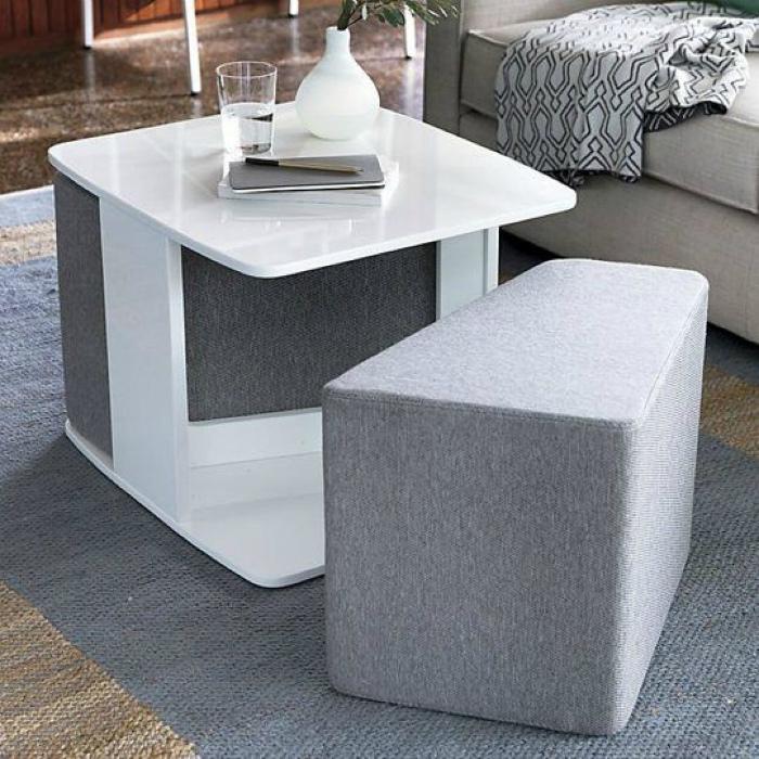 Кофейный столик с двумя пуфами.