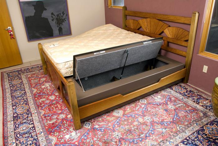 Кровать со встроенным сейфом. | Фото: usny.ru.