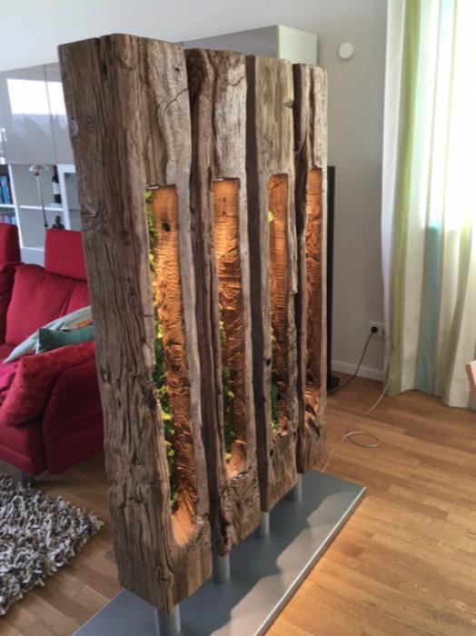 Перегородка из натурального дерева.