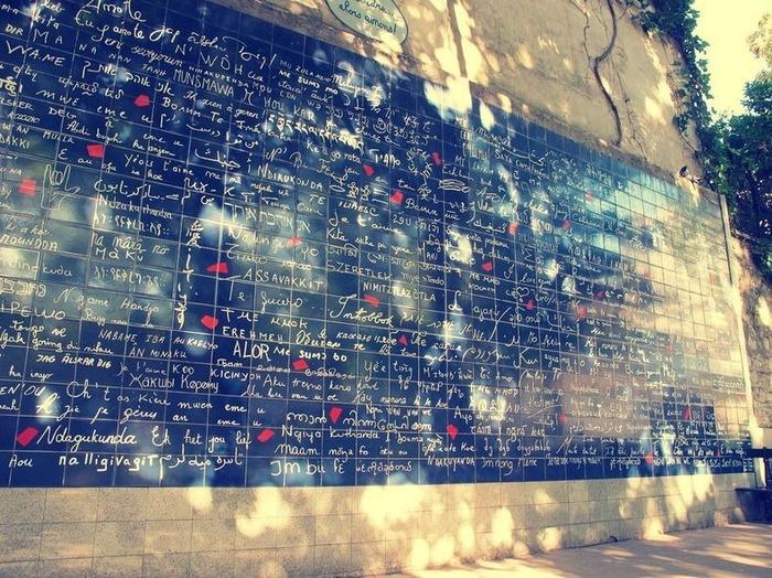 Грифельная стена с любовными признаниями на разных языках.