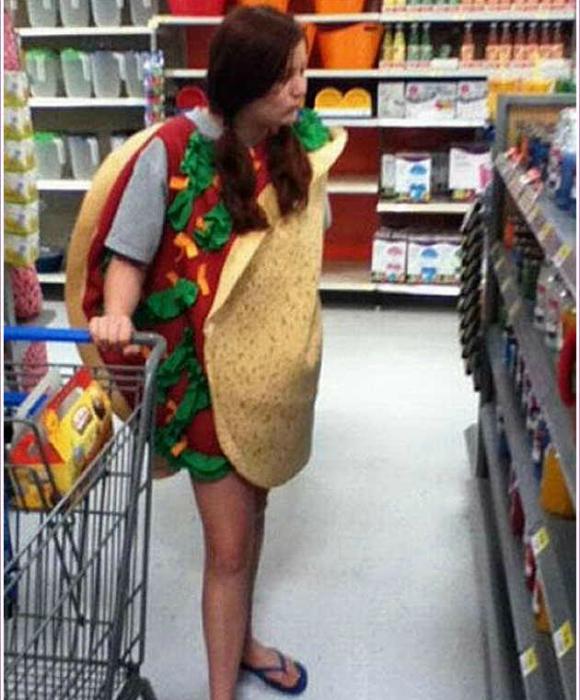 Девушка в костюме сэндвича.