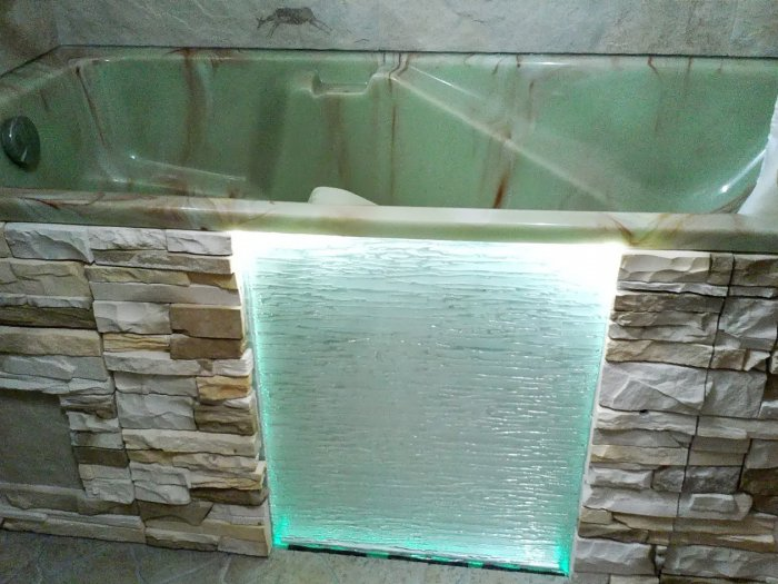 Конструкция из камня и стекла.