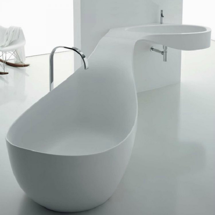 Большая ванна из акрилового камня в виде кита.