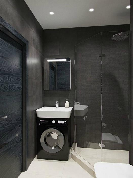 Маленькая ванная с темными стенами.