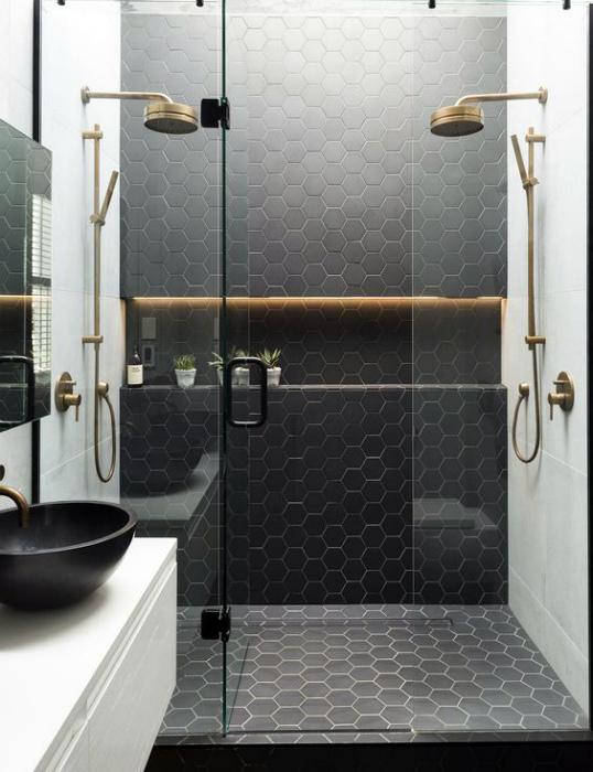 Ванная комната с оригинальной душевой кабинкой.