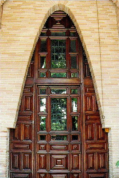 Фантастически деревянный двери необычной формы.