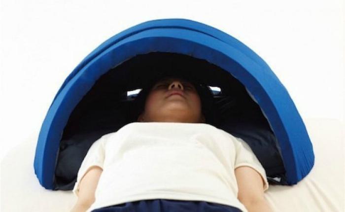 Подушка-купол, которая защитит от света и шума.