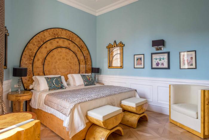 Светлая спальня с оригинальной мебелью.