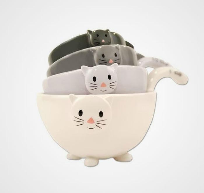 Набор мерных чашек с объемными изображениями кошачьих мордочек.