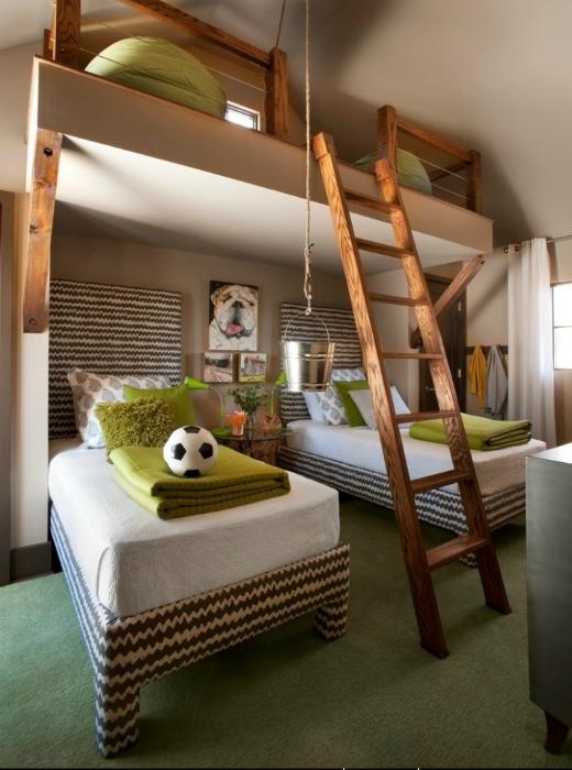 Комната с большими кроватями и игровой зоной на верхнем уровне.