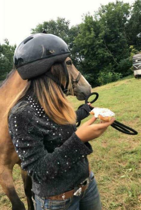 Девушка и лошадь прямо одно лицо... | Фото: Bemethis.