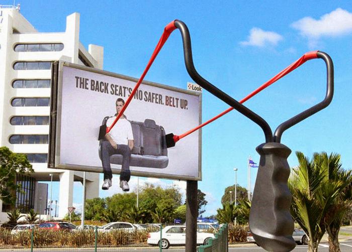 Рекламный плакат, призывающий пристегиваться.
