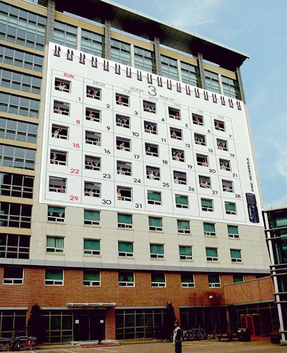 Огромный календарь от Axe, размещенный здании женского общежития.