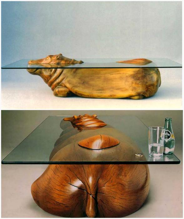 Обеденный стол из дерева и стекла.