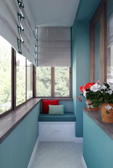 Узкая лоджия с голубыми стенами.