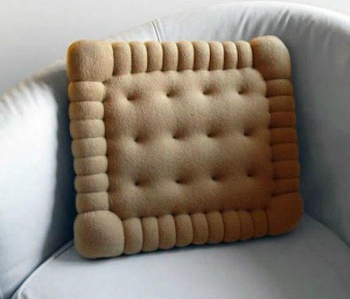 Очаровательная подушка в виде печенья.