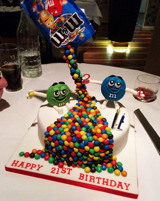 Забавный «гравитационный» торт, украшенный конфетами.