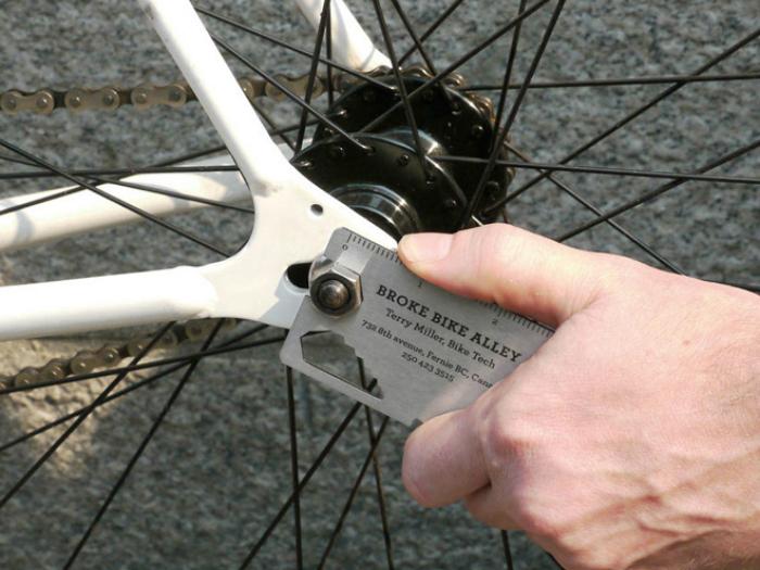 Визитка - гаечный ключ, которой можно подкрутить гайки на велосипеде.