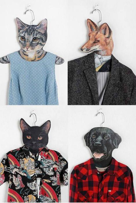 Плечики для одежды, украшенные забавными головами животных.