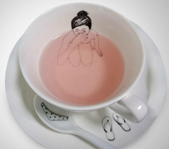 Чашка, внутри которой изображение обнаженной девушки.