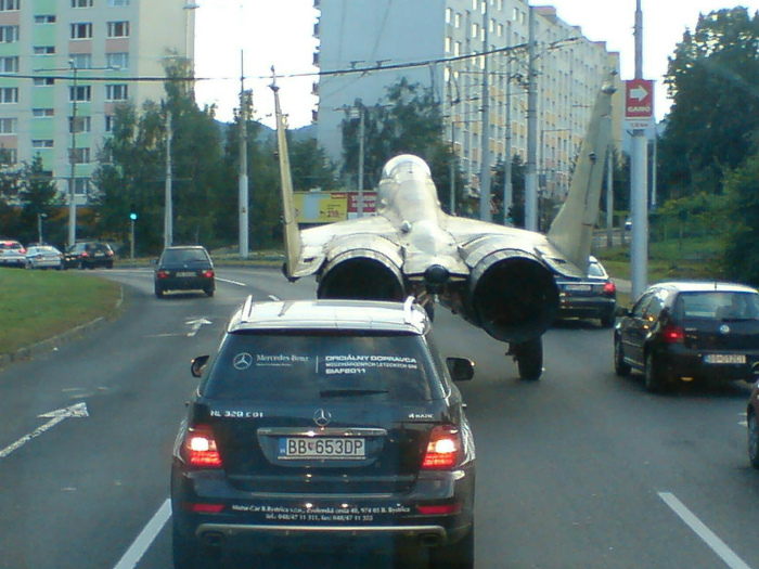 Крылатый транспорт на шоссе. | Фото: Фишки.нет.