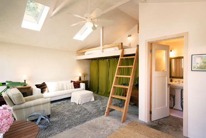 Гостиная с кроватью-чердаком и гардеробной.