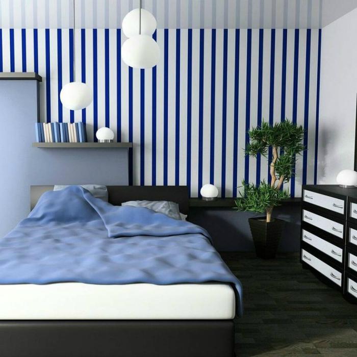 Стильная спальня с полосатой стеной.