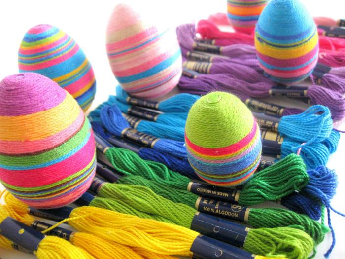 Яйца, украшенные нитками.