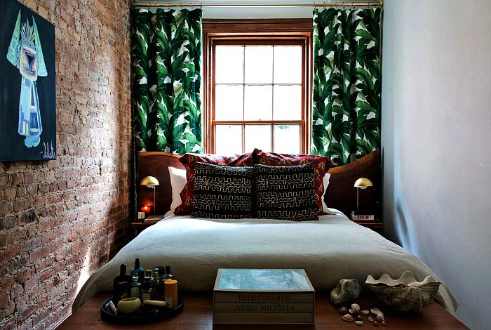 Небольшая спальня в тропическом стиле.