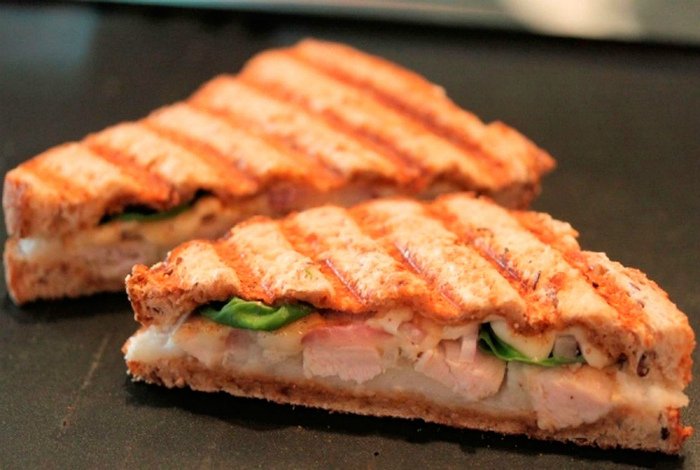 Закрытый бутерброд с ветчиной.