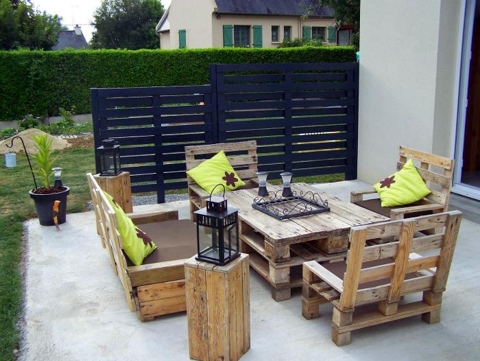 Мебель из паллет для оформления патио.