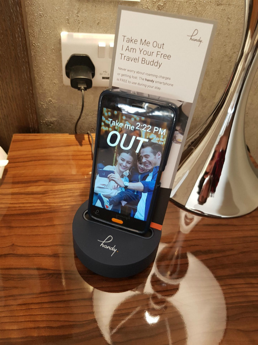 Сотовый телефон с местным номером. | Фото: boredpanda.com.