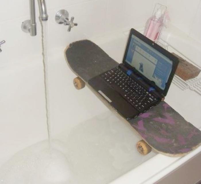 Скейт - незаменимая вещь в ванной комнате. | Фото: МИР ВОКРУГ.
