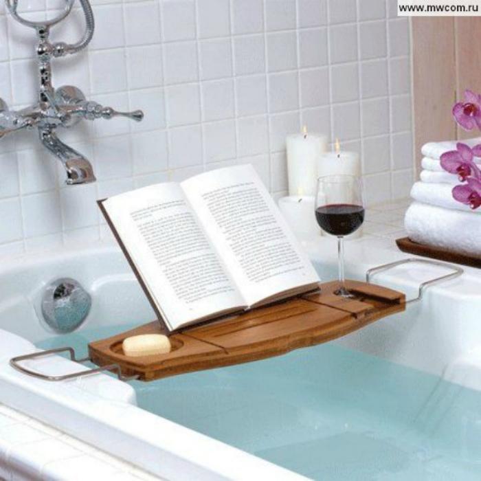 Удобная подставка с отверстиями для книги, свечи и бокала.
