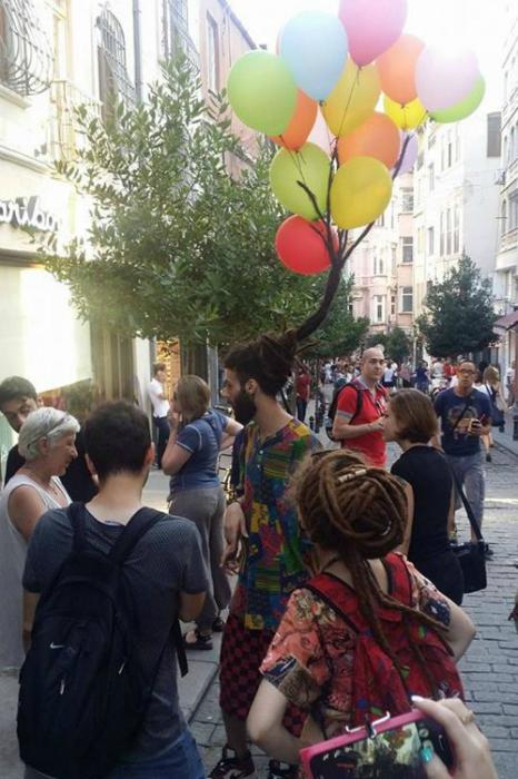 Воздушные шарики, привязанные к волосам подарят хорошее настроение всем окружающим.