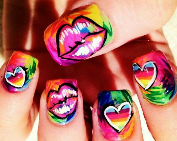 Романтический маникюр в ярких цветах с изображением губ.