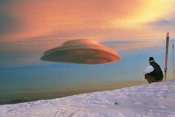 Облако, похожее на инопланетный корабль.