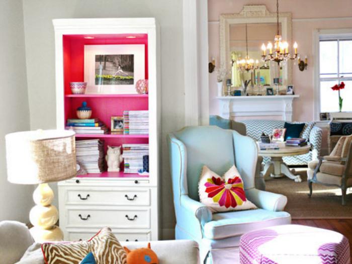 Шкаф с яркими стенками.