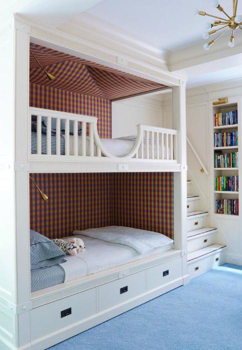 Светлая спальня с элементами морского стиля.