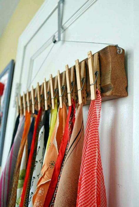 Самодельная вешалка для шарфов.