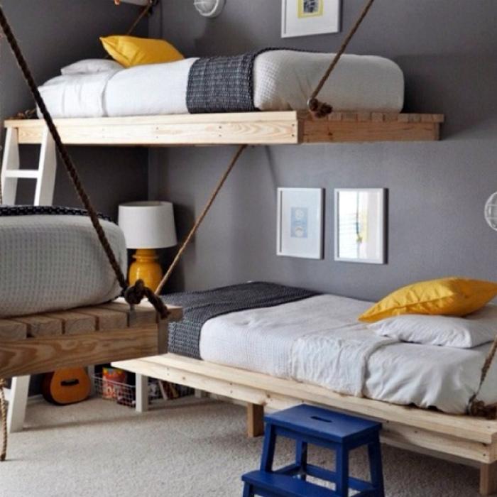 Спальня с тремя подвесными кроватями.