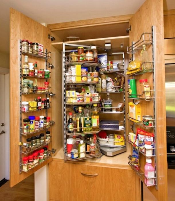 Большой кухонный шкаф с множеством полок и полочек, в котором можно разместить множество полезных кухонных принадлежностей.