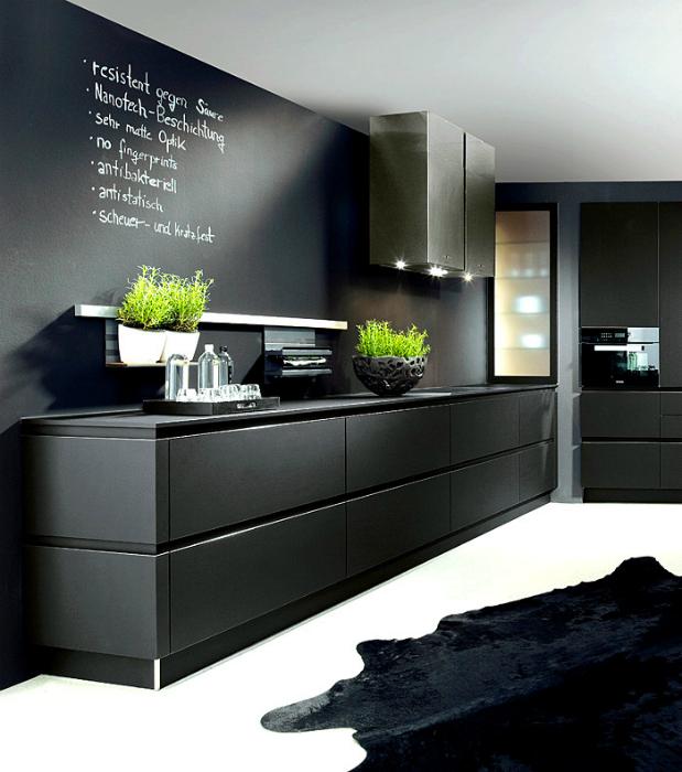Современная кухня, оформленная в черном цвете.